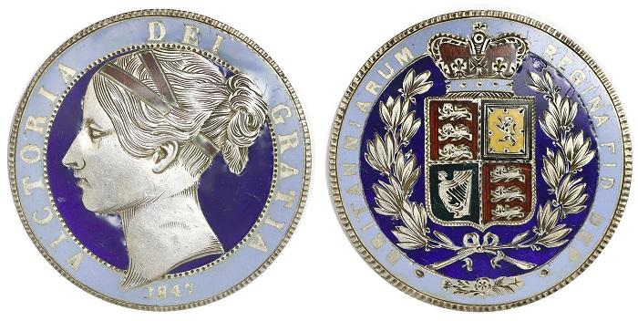 Una magnifica corona britannica del 1847 non solo decorata a smalti poicromi nei fondi e nello stemma, ma lavorata a bulino nel ritratto della giovane regina Vittoria