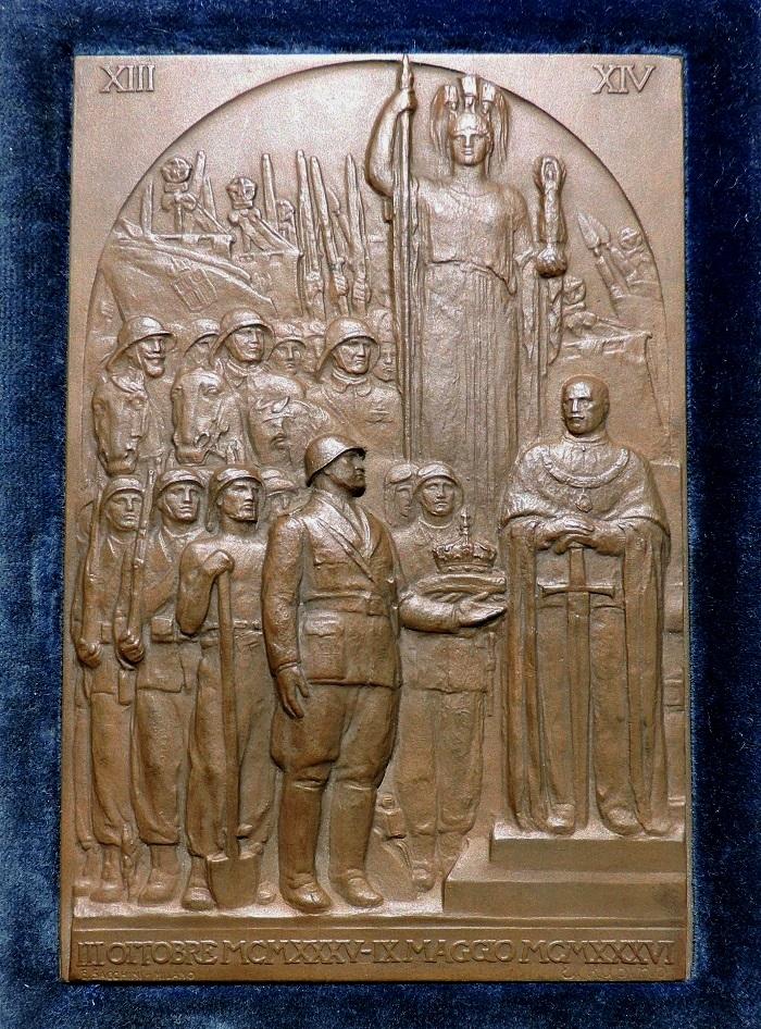 La placchetta celebrativa in bronzo della fondazione dell'Impero (mm 80 x 120) opera dello scultore Edoardo Rubino e prodotta nel 1936 dalla Sacchini di Milano
