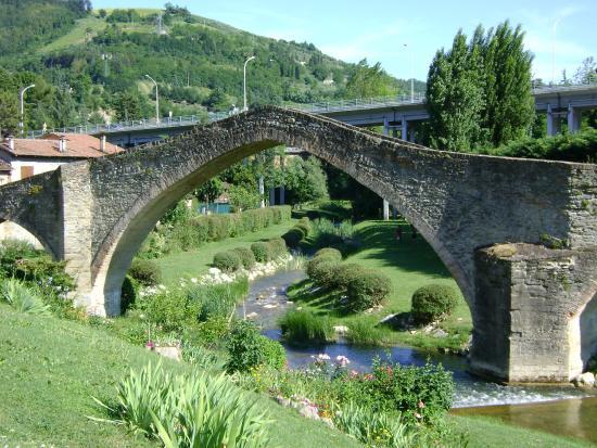"""Il ponte di San Donato, detto il """"Ponte della Signora"""", risale al secolo XVIII: si trova a Modigliana (FC), luogo in cui sarebbe ancora nascosta parte del tesoro di Murat"""