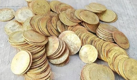 Lo scintillante colpo d'occhio su parte del tesoro di Plozévet, 239 luigi e doppi luigi in oro - alcuni rarissimi - ritrovati nel 2019 e all'asta in Francia il prossimo 29 settembre