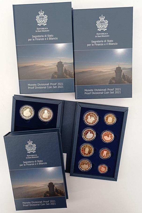L'elegante astuccio che racchiude le euro monete proofo di San Marino del 2021: gli otto tagli ordinari e le 2 euro celebrative a tema artistico
